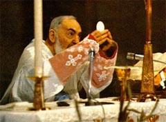 Padre Pio mentre celebra il sacramento dell'Eucarestia